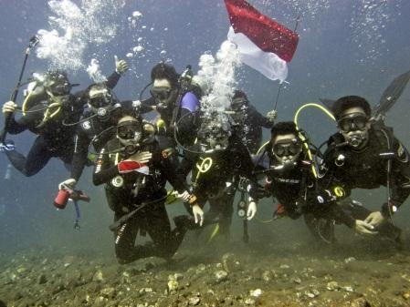 Pengibaran bendara bawah laut
