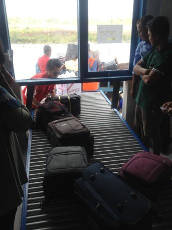Pengambilan bagasi di airport Wakatobi