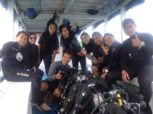Berfoto bersama setelah penyelaman dengan dokter Yudi pemilik Tomia Scuba Dive