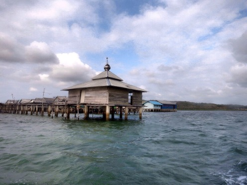 Mesjid apung di Pulau Kaledupa