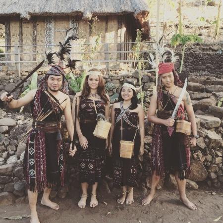 Mengenakan baju adat desa Takpala