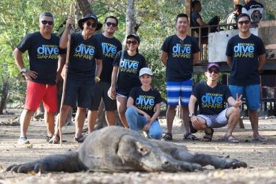 Foto bareng Komodo di Pulau RInca